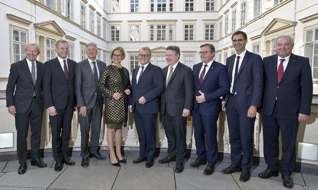 Günther Platter (Dritter von rechts) will seinen Kollegen einen Plan vorstellen.