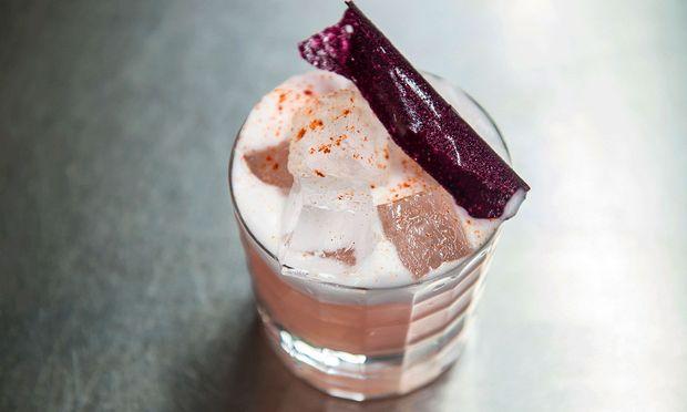 Japan/Peru im Glas. Wie Cocktails auf Nikkei-Linie gebracht werden, zeigt das Shiki in Wien: kirschblütenrosa Sake-Drink mit peruanischem Bitter und Chili.