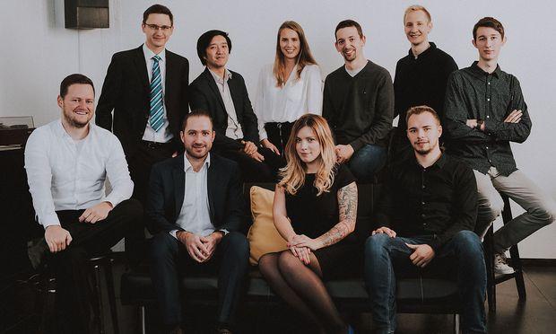 Das Team von LAWIF rund um Gründerin Matea Acimovic (2. v. r. unten). / Bild: (c) Florian Lierzer