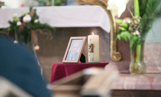 Abschied vom Vater. Das Begräbnis fand am 20. Jänner in der Pfarrkirche Böheimkirchen statt. Der halbe Ort war gekommen.