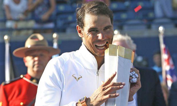 Nadal mit seiner Trophäe.