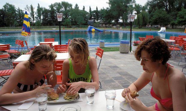 Jugendliche essen im Schwimmbad