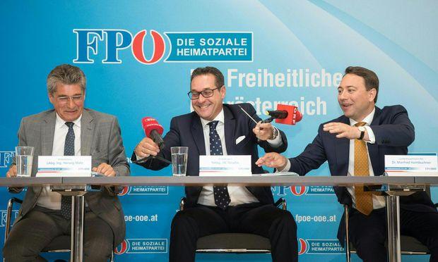 Oberösterreich-Klubchef Mahr, FPÖ-Obmann Strache und Oberösterreich-Parteichef Haimbuchner (v. l.).  / Bild: (c) APA/ FOTOKERSCHI.AT/WERNER KERSCHBAUM
