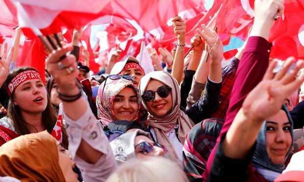 Auch Manager internationaler Konzerne leisten den Erdogan-Fans Schützenhilfe.