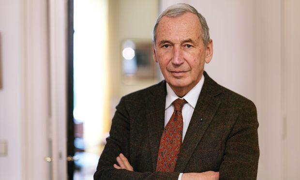 """Prof. Dr. Dr. Johannes Huber gilt als """"Hormonpapst"""" und hat bereits mehrere erfolgreiche Ratgeber veröffentlicht."""