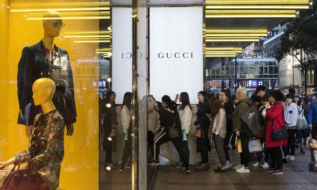 6c2b474d336cb4 Junge Chinesinnen warten geduldig vor dem Gucci-Store in der Canton Road in  Hongkong.