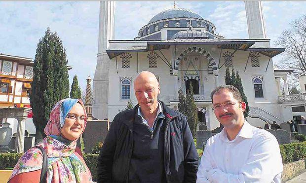 Die Berater Pinar Çetin (l.), Thomas Mücke und Levent Yükçü (r.) vor der Şehitlik-Moschee in