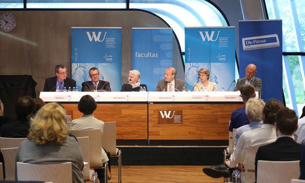 Auch aus dem Publikum kamen Fragen zu unterhaltsrechtlichen Problemen, an Tews, Gitschthaler, Birnbaum, Moderator Kommenda, Kalss und Meyer (v. l.).