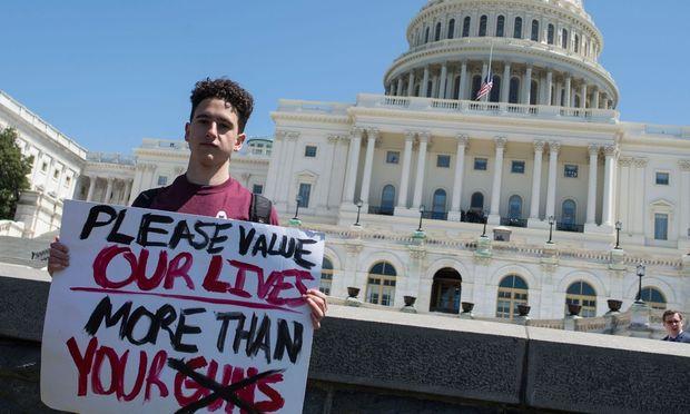 Wer an dem Protest teilnahm - wie dieser Schüler in Washington D.C. - muss mit Disziplinarmaßnahmen rechnen.