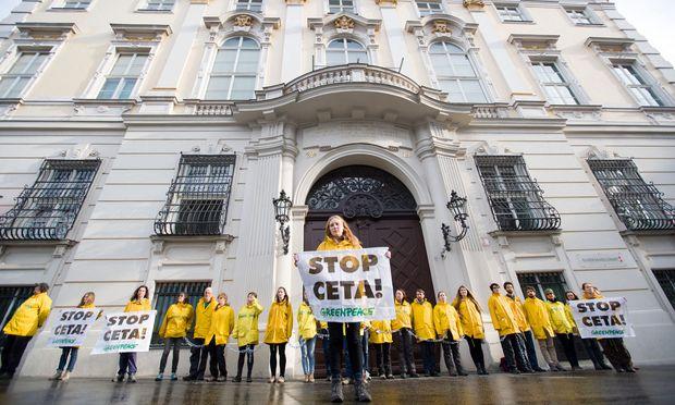 Die Umweltorganisation Greenpeace hat am Mittwoch, 16. Mai 2018, aus Protest gegen den Beschluss des Freihandelsabkommens CETA das Bundeskanzleramt am Wiener Ballhausplatz abgeriegelt.