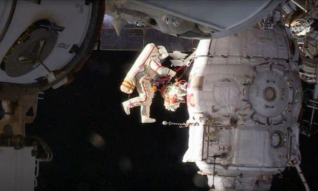 Kosmonauten untersuchen mysteriöses Loch bei ISS-Ausseneinsatz