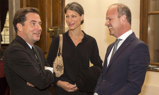 Buchherausgeber Rainer Nowak mit seiner Frau Petra Schenk-Nowak und Styria-Vorstandsvorsitzendem Markus Mair (v. l.).