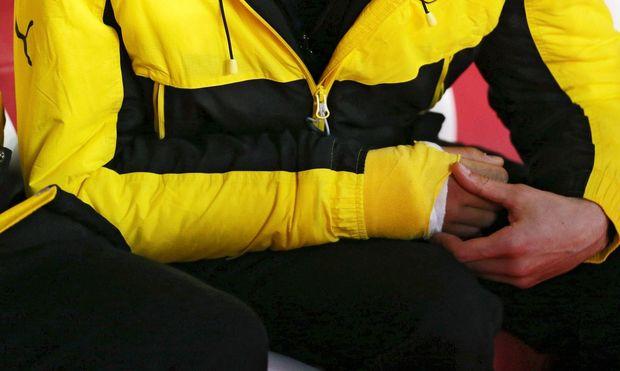 BVB-Innenverteidiger Marc Bartra ist einer von zwei Verletzten nach dem Anschlag: Er brach sich die Speiche im Handgelenk und musste operiert werden.
