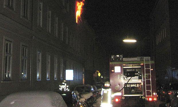 Die Feuerwehr rettete drei Personen aus einem Zimmerbrand in Graz.