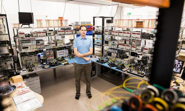 """""""In der freien Forschung gleicht kein einziger Arbeitstag dem anderen"""", sagt Photonikexperte Bernhard Schrenk vom AIT."""