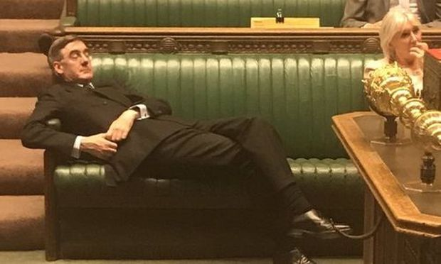 Rees-Mogg legt demonstratives Nickerchen im Parlament ein