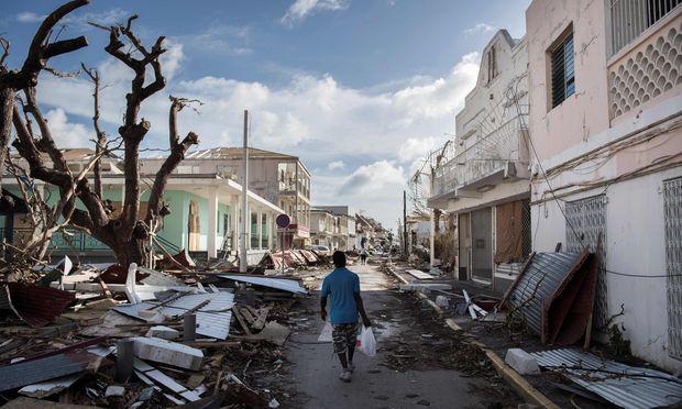 In den zerstörten Straßen von Marigot, Hauptort von Saint-Martin, der französischen Hälfte jener Antilleninsel, deren niederländische Seite im Süden Sint Maarten heißt.
