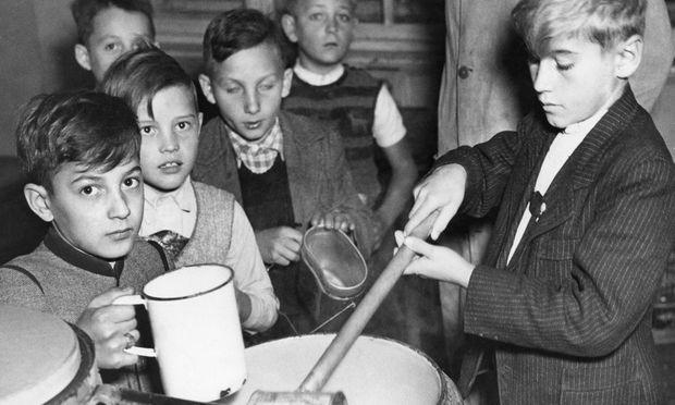 Schulkinder bei Essensausgabe