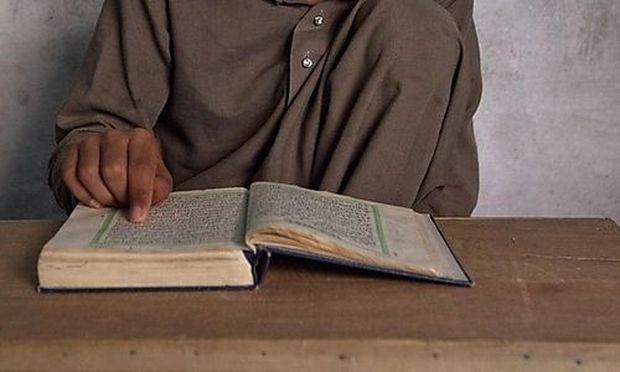 Archivbild: Ein Jugendlicher liest im Koran, aufgenommen in Paksitan.