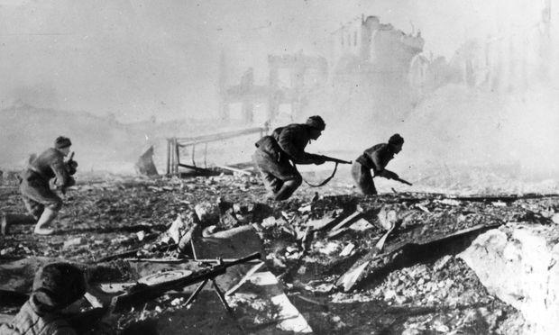 Soldaten der sowjetischen 62. Armee im September 1942 beim Häuserkampf gegen die deutschen Truppen in Stalingrad.