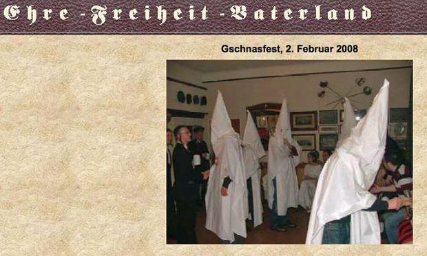 Burschenschafter in Kutten, die an den Ku-Klux-Klan erinnern.