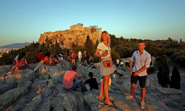 Touristen auf der Akropolis. Immer öfter kommen sie mit einem Fremdenführer, der sich per Trinkgeld bezahlen lässt.