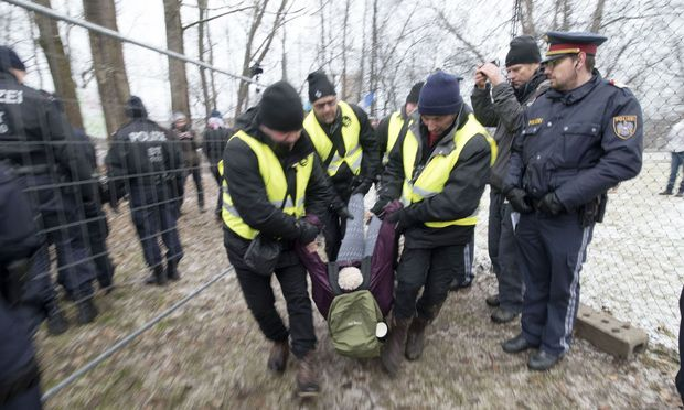 """Wer nicht ging, wurde weggetragen: Die Räumung des Protestcamps """"Murcamp"""" am Freitag."""