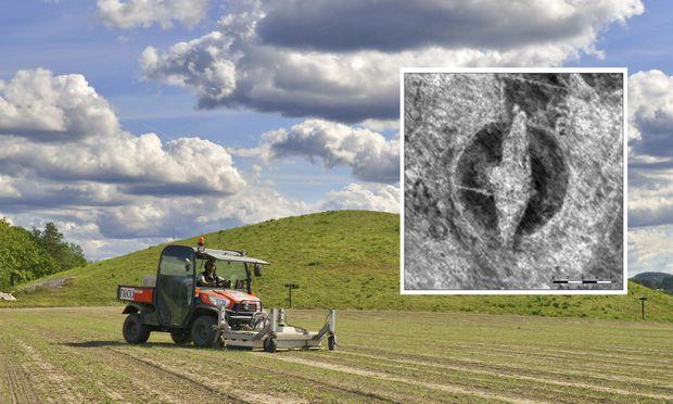 Unterwegs auf dem Areal einer früheren Kultstätte der Wikinger. Der mit einem Bodenradar versehene Traktor zeichnet die Konturen eines unter der Erde ruhenden Wikingerschiffs auf (kleines Bild).
