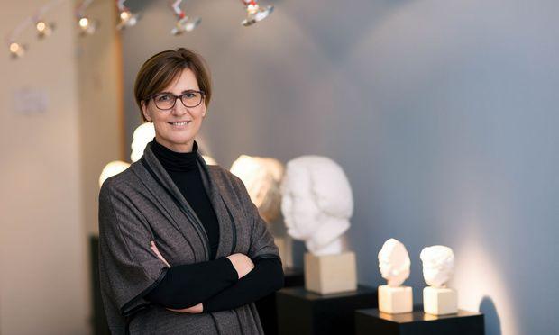 Grabungsleiterin Sabine Ladstätter ist begeistert: Zum ersten Mal im Laufe der traditionsreichen Grabungen habe man mit dem Dachstuhl Holz in größerem Umfang gefunden.