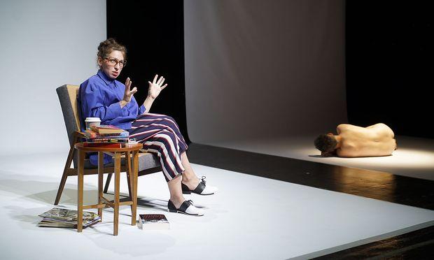 Anna Mendelssohn als intellektuelle Autorin im unmöglich geschnittenen Kostüm, Markus Zett als zunächst pudelnackertes Baby, aus dem noch eine schillernde, wenn auch jämmerliche Figur wird.