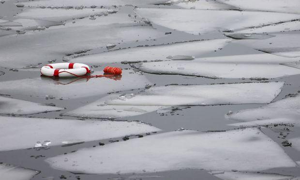 Themenbild: Warum schwimmt Eis auf Wasser?
