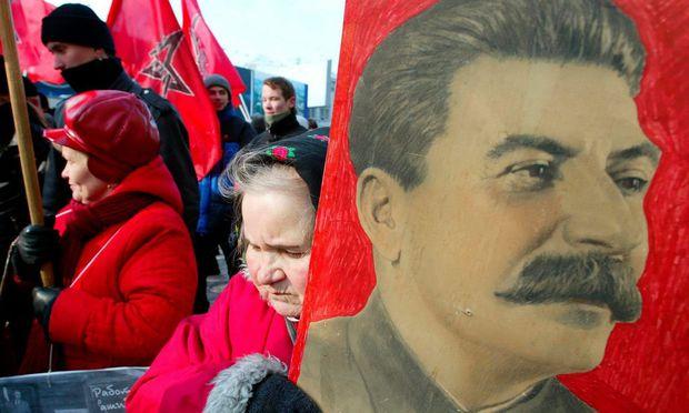 Manche Verehrerinnen in Russland halten den sowjetischen Tyrannen Stalin noch immer für ein Genie – das Bild stammt von einer prokommunistischen Demonstration.