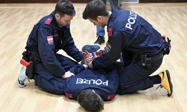 Der Polizeinachwuchs übt.