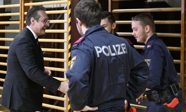 Strache mit Polizeischülern.