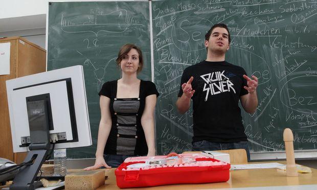 """Freiwillige vom Team """"Achtung, Liebe"""" halten einen Sexualkundeworkshop an der Modeschule Hetzendorf."""