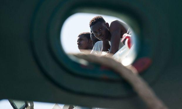 Symbolbild: Flüchtlinge auf einem Schiff in Italien