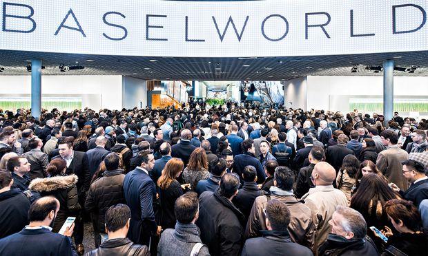 Interesse. Die Weltmesse für Uhren und Schmuck in Basel erfreut sich stets größten Interesses.