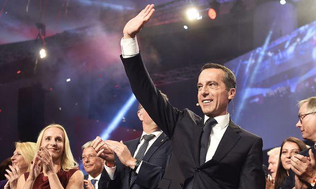 Christian Kern (hier mit seiner Frau, Eveline Steinberger, beim Wahlkampfauftakt in Graz am Donnerstag) will nun alles auf eine Karte setzen.