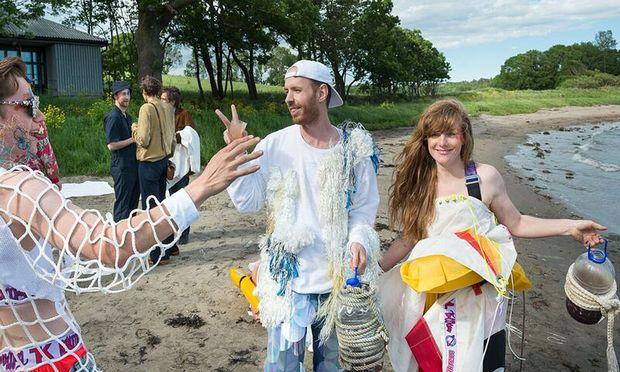Die norwegische Gruppe Trollkrem lud zu einer Performance an den Strand.