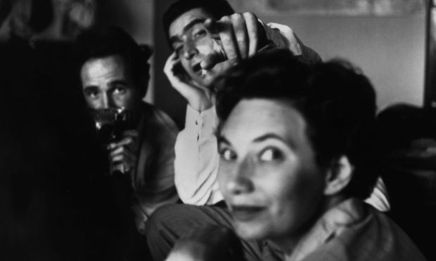 """Nearer to the news."" Magnum-Treffen in Paris 1950: Werner Bischof, Robert Capa, Maria Eisner."