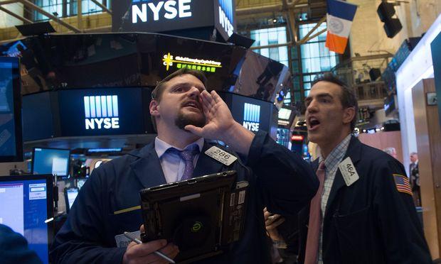 How high can they fly? Ein Trader blickt auf dem NYSE-Börsenfloor den davoneilenden Kursen nach.