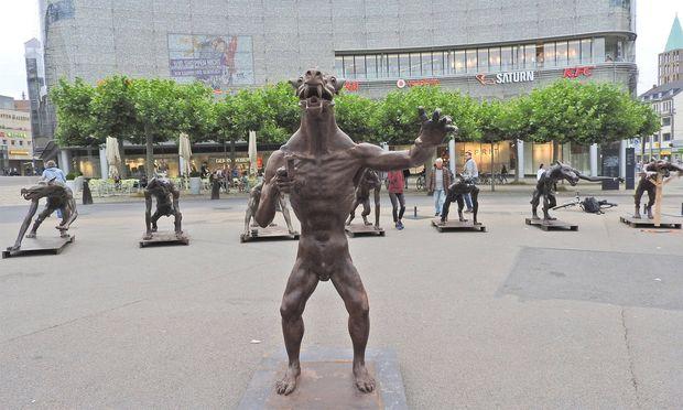 Mit Wölfen will er vor Rechtsextremismus warnen: Bildhauer Rainer Opolka. Im Bild seine Wölfe in Kassel.