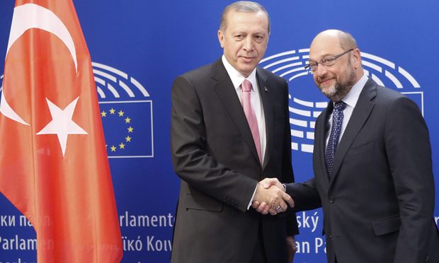 Schwierige Gespräche zur Flüchtlingskrise in Brüssel: der türkische Staatspräsident, Erdoğan, mit EU-Parlamentspräsident Schulz.