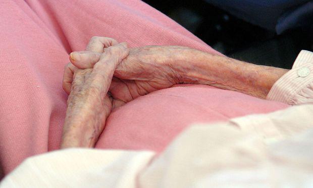 Seniorin im Krankenhaus