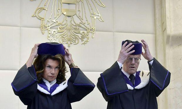 Der Verfassungsgerichtshofs liest seinen Entscheid zur Aufhebung der Bundespräsidentwahl vor.