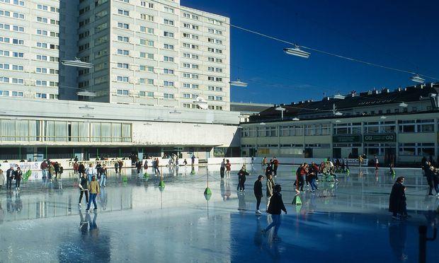Der Eislaufverein, im Hintergrund das Hotel Intercontinental