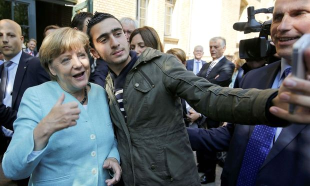 Anas Modamani mit Angela Merkel