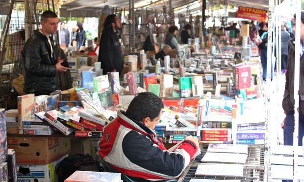Belesen. Der  Buchmarkt vor der Stadtbibliothek ist bei jedem Wetter offen.