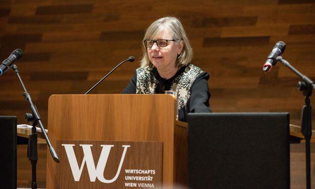 """Für die Juristin Barbara Dauner- Lieb ist völlig klar, weshalb sich Juristen mit Unsicherheit so plagen. """"Unser höchster Wert ist Rechtssicherheit."""""""