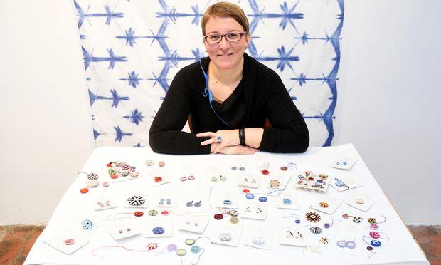 Petra Mühlberger nutzt ihre Zwirnknöpfe unter anderem auch für Schmuck.